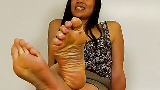 Sweet Asian Shows Her Soles